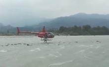 Trực thăng giải cứu 8 người kẹt giữa dòng lũ quét