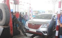 Clip: Cẩu ô tô ra khỏi BOT Cai Lậy để tránh ùn tắc