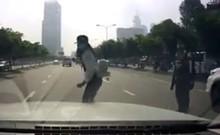 Sinh viên qua đường ẩu, suýt gây tai nạn