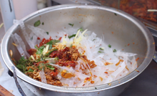 Video: Nguy cơ tiềm ẩn từ bánh tráng trộn đường phố