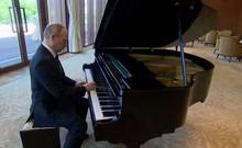 Tổng thống Putin trổ tài chơi piano chờ gặp ông Tập