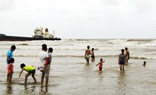 Bão vừa vào bờ, du khách vẫn liều mình tắm biển