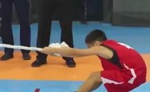 Cậu bé 'không bỏ cuộc' khi thi đấu kéo co