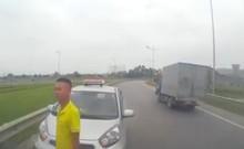 Tài xế taxi chạy ngược chiều còn dọa đánh người khác