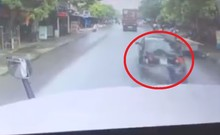 Không giữ khoảng cách an toàn, tông nát đuôi xe trước