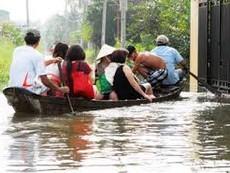 Người Sài Gòn chèo ghe, bắt cá trong triều cường lịch sử