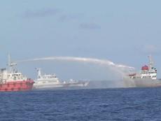 Clip tàu Trung Quốc bắn vòi rồng, đâm vào tàu Việt Nam