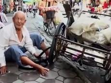 Cụ già cô đơn sống nghèo khó trong đống tiền