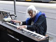 Bà cụ hành khất chơi piano ngoài đường phố gây xúc động
