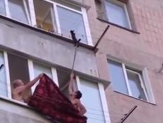 Cứu thành công chú mèo rơi ra ngoài cửa sổ