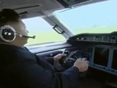 Clip: Ông Kim Jong Un 'khoe tài' lái máy bay