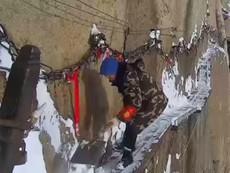 Ớn lạnh cảnh cào tuyết trên vách núi cao 2.000 m