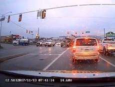 Clip: Xe tải tông liên hoàn 7 ô tô chờ đèn đỏ