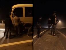 Clip: Nhóm thanh niên cầm dao chặn ô tô xin tiền