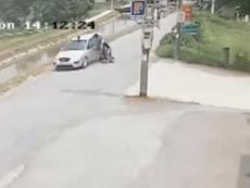 Xe máy lao như tên bắn từ hẻm đâm vào ô tô