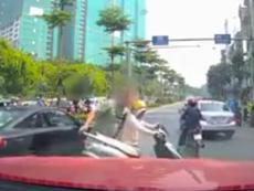 Nghe điện thoại giữa đường, bị nhấc người và xe vào lề