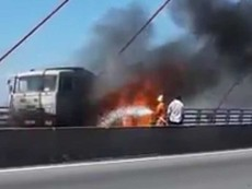 Clip: Xe tải bốc cháy trên cầu Cần Thơ