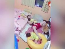 Ông bố một mình ru 3 con ngủ