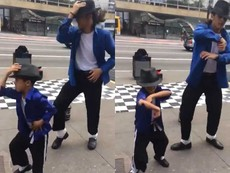 2 cha con với điệu nhảy Michael Jackson cực chất