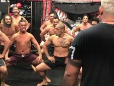 Võ sĩ MMA khởi động bằng vũ điệu độc đáo