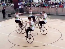 4 cô gái trình diễn xe đạp 1 bánh đẹp mắt