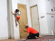 Bé gái 3 tuổi leo tường như người nhện