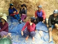 Dân dựng lều phản ánh vì đất sản xuất bị bồi lấp