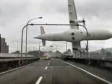 Clip: Kinh hoàng máy bay Đài Loan lao vào thành cầu
