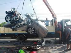 Clip xe đầu kéo tông nát xe con, 5 người thiệt mạng