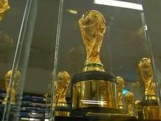 Cận cảnh công nghệ sản xuất bản sao chiếc cúp World Cup của TQ