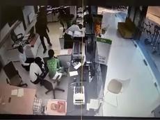 Tên cướp chĩa súng vào nhân viên ngân hàng cướp tiền
