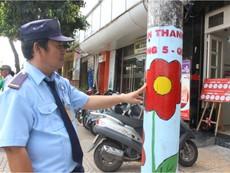 Cột đèn, trụ điện 'nở hoa' chống quảng cáo bẩn
