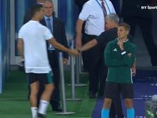 Ronaldo khoác vai Mourinho giữa trận siêu cúp châu Âu