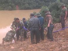 Bơm nước, đào đá tìm 4 nạn nhân bị núi vùi ở Quảng Nam
