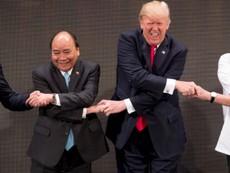 Những cái bắt tay độc đáo của ông Trump trong năm 2017
