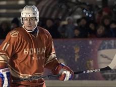 Ông Putin chơi khúc côn cầu bên ngoài điện Kremlin
