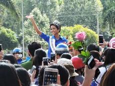 Hoa hậu H'Hen Niê về thăm buôn làng