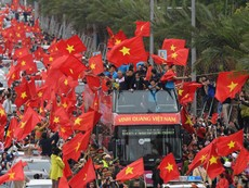 U-23 Việt Nam diễu hành chào người hâm mộ