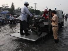 CSGT cứu xe chết máy của người dân qua khỏi điểm ngập