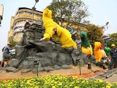 Công nhân tất bật thi công đường hoa Nguyễn Huệ