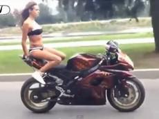 """Clip người đẹp bikini """"làm xiếc"""" trên môtô"""