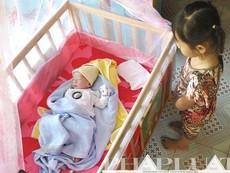 Clip em bé văng khỏi bụng mẹ đã về với gia đình