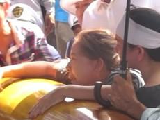 Clip người thân khóc ngất bên quan tài 6 nạn nhân vụ thảm sát