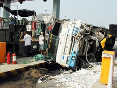 Clip ô tô tông sập cabin trạm thu phí trên cao tốc Trung Lương