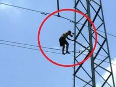 Clip dùng xe thang giải cứu nam thanh niên leo cột điện