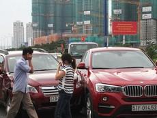 Clip xe ben 'húc' văng ba xe ô tô đang chờ đèn đỏ