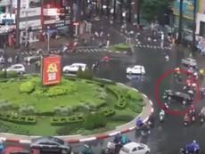 Clip ô tô 'điên' gây tai nạn ở vòng xoay Công Trường Dân Chủ