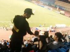 Clip cảnh sát cơ động tát em gái trên sân vận động