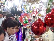 Clip: Người Sài Gòn nhộn nhịp mua sắm đồ trang trí Noel