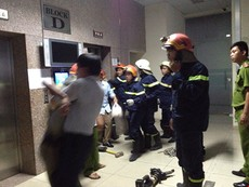 Clip cạy cửa thang máy giải thoát 16 người đang kêu cứu